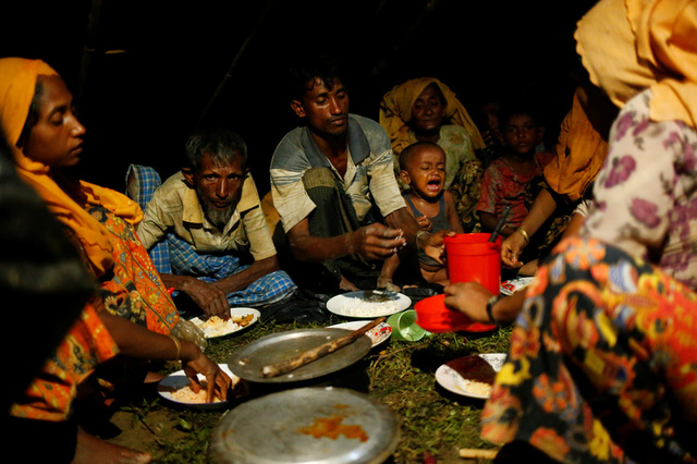 Rohingya refugees have a dinner at a makeshift shelter near Gundum in Cox's Bazar, Bangladesh, September 3, 2017. Credit: Reuters