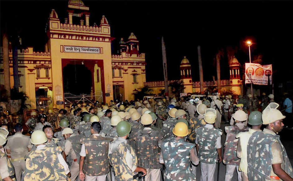 The police and paramilitary personnel deployed to control the protests at BHU. Credit: PTI