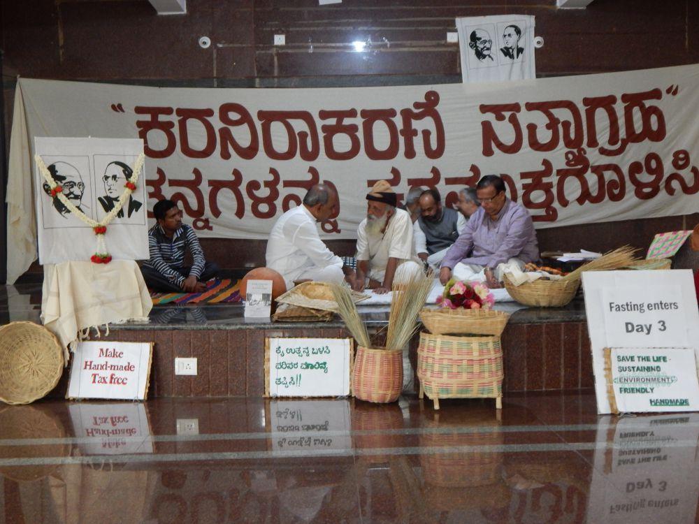 Handloom activist and theatre director Prasanna while on hunger strike. Courtesy: Neeta Deshpande