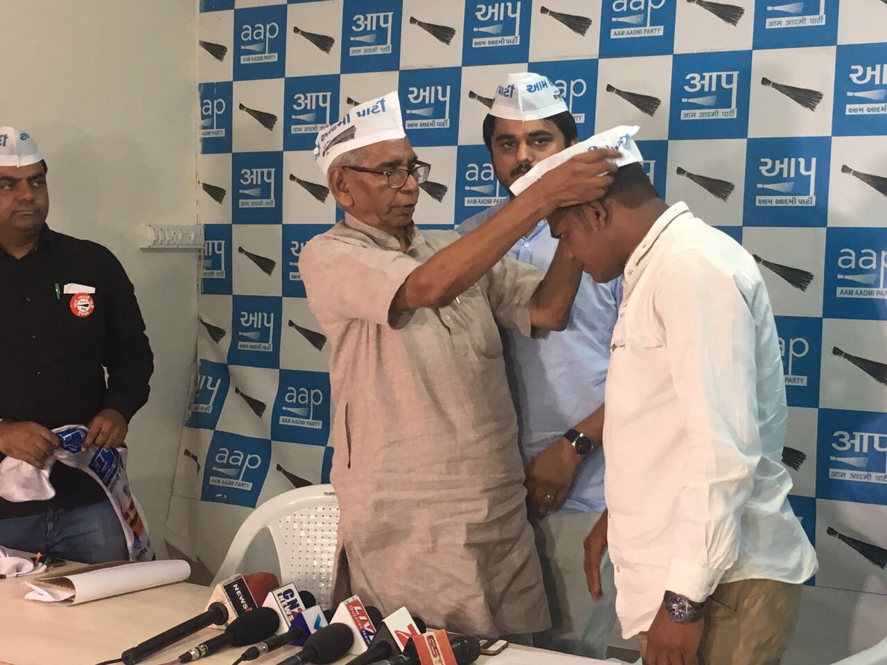 Dalit Leader Rakesh Maheria Joins AAP, Will Contest Gujarat Assembly Elections