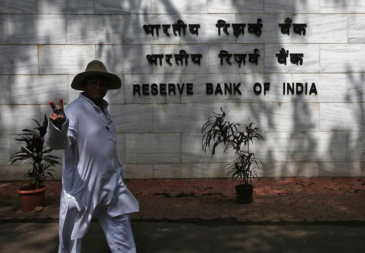 A man reacts to the camera as he walks past the Reserve Bank of India (RBI) headquarters in Mumbai, India, August 2, 2017. Credit: Reuters/Shailesh Andrade
