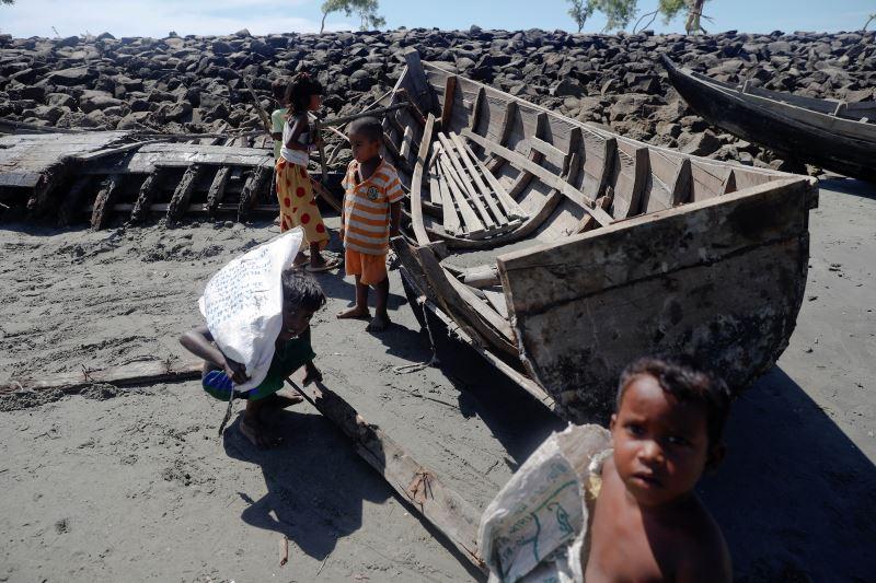 Bangladeshi Destroys 20 Boats Ferrying Rohingya Muslims Fleeing Myanmar