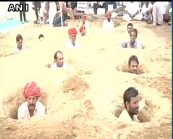 Protesting Land Acquisition, Farmers in Rajasthan Are Burying Themselves Neck-Deep in Mud