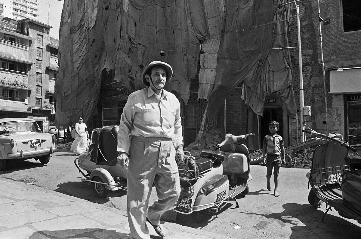 Gentleman in a sola hat, Forjett Street, Bombay 1987. Image Copyright ©Sooni Taraporevala, Image Courtesy: Sunaparanta