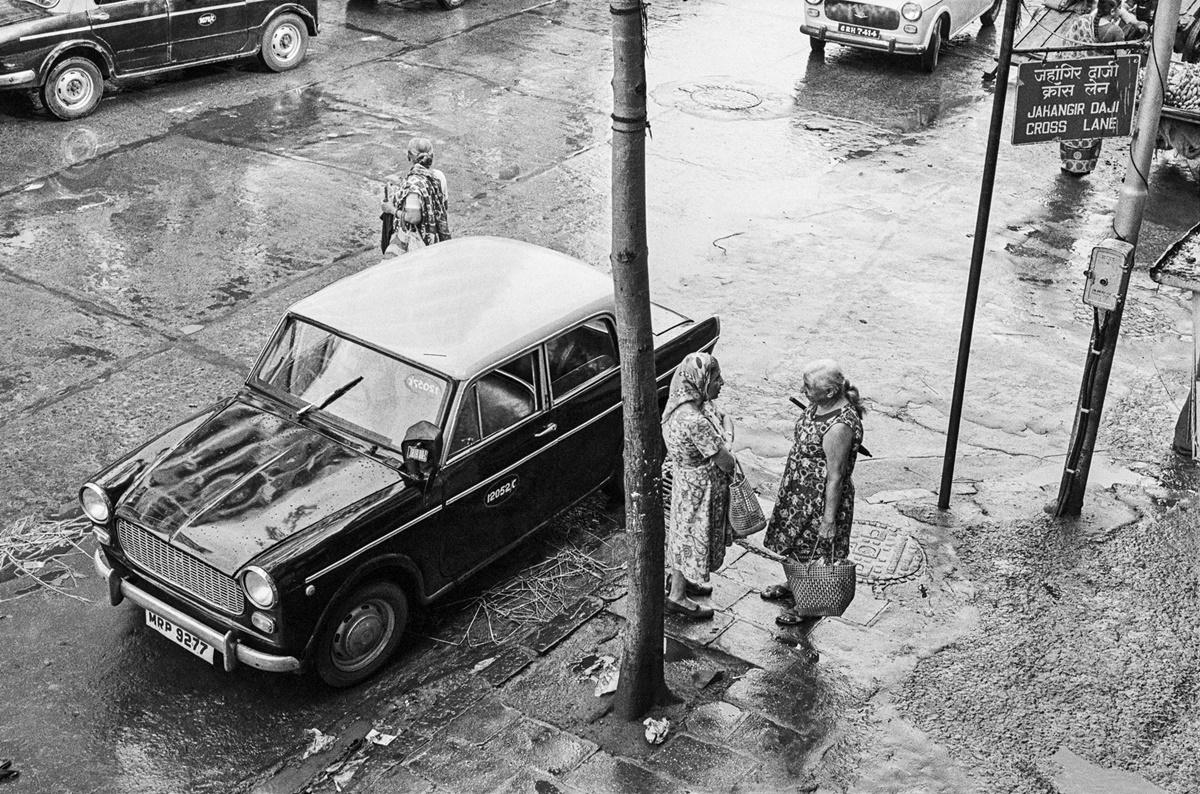 Exchanging news at Jehangir Daji Cross Lane, Bombay 1986. Image Copyright ©Sooni Taraporevala, Image Courtesy: Sunaparanta