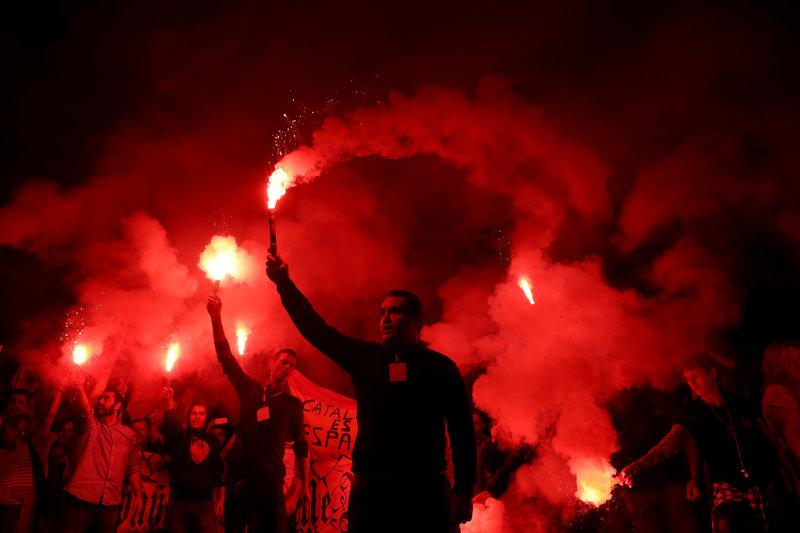 Protesters against a banned referendum on independence in Catalonia hold flares during a demonstration in Barcelona, Spain, September 22, 2017. Credit: Reuters/Susana Vera