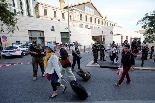 Knifeman Yelling 'Allahu Akbar' Shot Dead After Killing Two Women in France