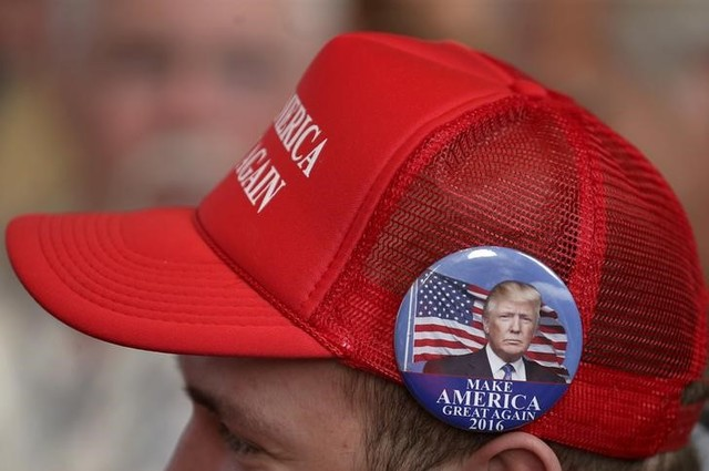 A supporter of U.S. Republican presidential candidate Donald Trump attends a campaign event in Pella, Iowa, United States, January 23, 2016. Credit: Reuters