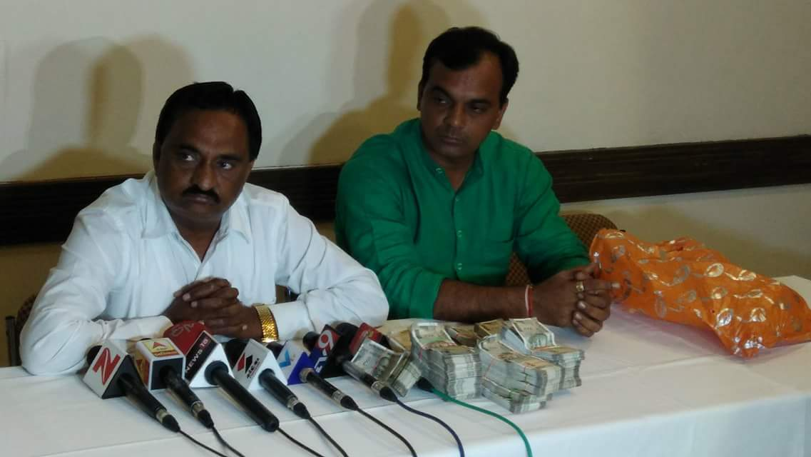 Narendra Patel, Patidar leader claiming BJP paid him 1 crore. Displaying the money in press conference