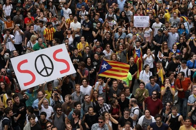 People hold up placards during a demonstration two days after the banned independence referendum in Barcelona, Spain October 3, 2017. Credit: Reuters