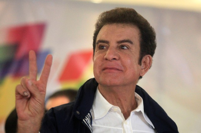 Salvador Nasralla, presidential candidate for the Opposition Alliance Against the Dictatorship, gestures as he speaks to the media after the presidential election in Tegucigalpa, Honduras, November 26, 2017. Credit: Reuters/Jorge Cabrera