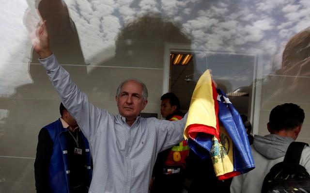 Antonio Ledezma, Venezuelan opposition leader, gestures during his arrival in Bogota, Colombia November 17, 2017. Credit: Reuters/Jaime Saldarriaga