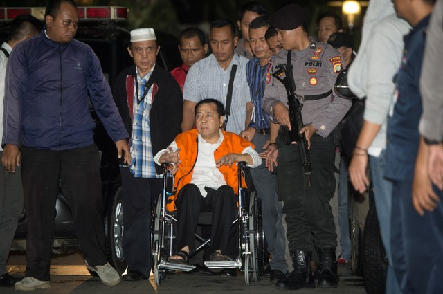 Indonesia's Speaker of the House Setya Novanto, identified as a suspect in a corruption case, arrives at the Corruption Eradication Commission (KPK) building in Jakarta, Indonesia November 19, 2017 in this photo taken by Antara Foto. Picture taken November 19, 2017. Antara Foto/ Rosa Panggabean / via Reuters