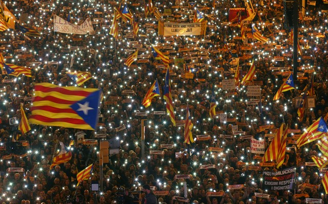 Protesters hold the lights of their mobile phones as they wave Estelada flags during a demonstration called by pro-independence associations asking for the release of jailed Catalan activists and leaders, in Barcelona, Spain, November 11, 2017. Credit: Reuters/Albert Gea