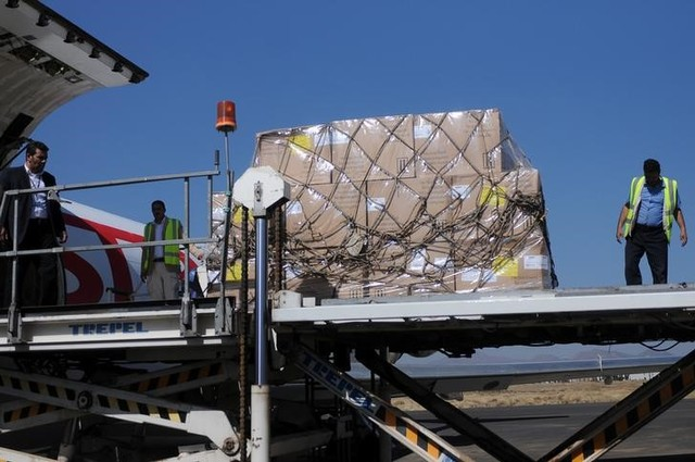 Workers unload aid shipment from a plane at the Sanaa airport, Yemen November 25, 2017. Credit: Reuters/Stringer