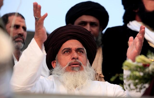Khadim Hussain Rizvi, leader of the Tehreek-e-Labaik Pakistan an Islamist political party, leads members in shouting slogans during a sit-in in Rawalpindi, Pakistan November 13, 2017. Credit: Reuters/Faisal Mahmood