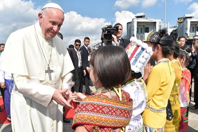 Pope Francis Visits Myanmar Amid Rohingya Crisis, Stresses Unity in Diversity