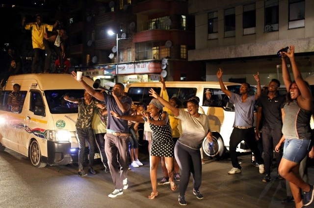 Zimbabweans living in South Africa celebrate after President Robert Mugabe resigns, in Johannesburg, South Africa November 21, 2017. Credit: Reuters/Siphiwe Sibeko