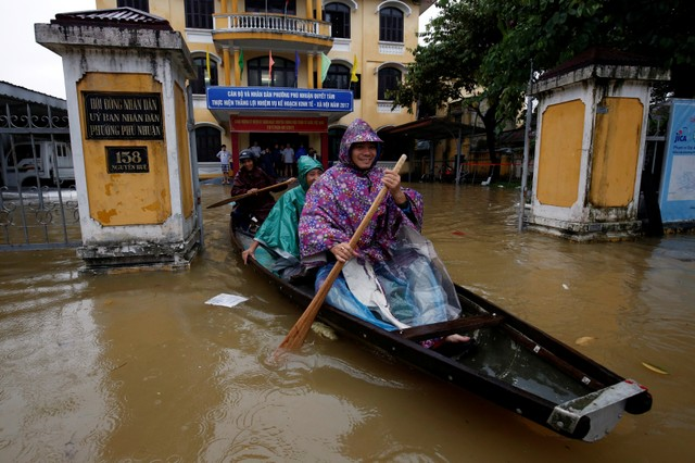 Officials sail a boat out of a submerged local government building after typhoon Damrey hits Vietnam in Hue city, Vietnam November 5, 2017. Credit: Reuters/Kham