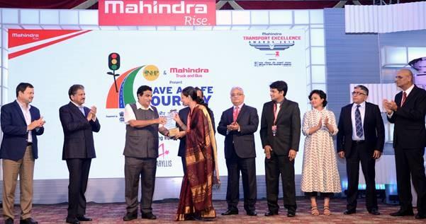Meera Rajagoplan receiving the award from road transport and highways minister Nitin Gadkari. Credit: Mahindra Transport Excellence Awards