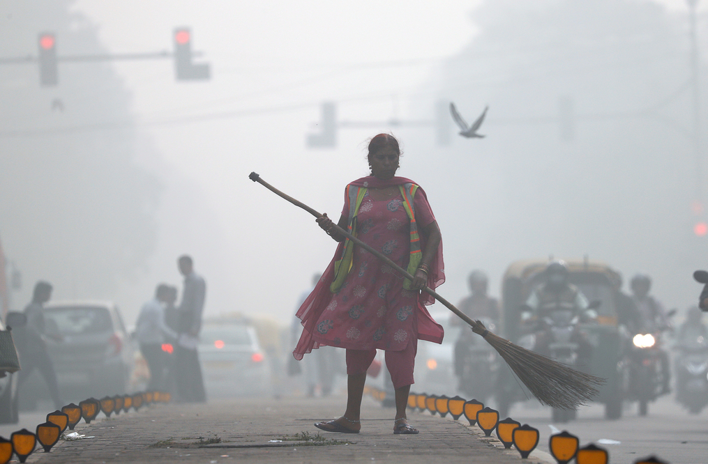 A street cleaner works in heavy smog in Delhi, India, November 10, 2017. Credit: Reuters