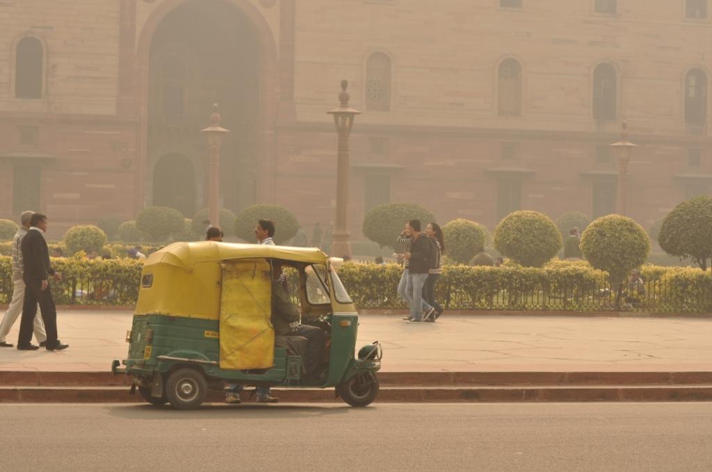 An autorickshaw on Delhi's Rajpath. Credit: generalising/Flickr CC BY-SA 2.0