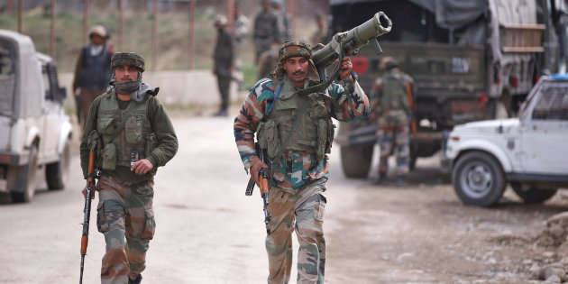 Indian army soldiers arrive at the site of a gunbattle with suspected militants in Chadoora, on the outskirts of Srinagar March 28, 2017. Credit: Reuters/Danish Ismail