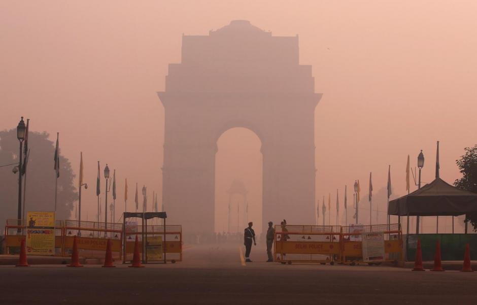 Security personnel stand guard in front of the India Gate amidst the heavy smog in New Delhi. Credit: Reuters