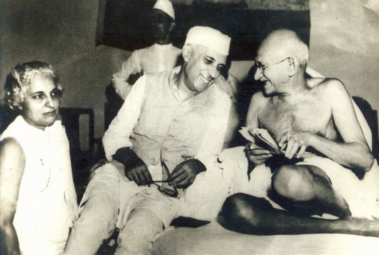 Vijaya Lakshmi Pandit with Gandhi and Jawaharlal Nehru. A cropped version of this iconic photograph showing only the two leaders became very popular shortly after independence. Courtesy: Manjari Mehta/CWDS
