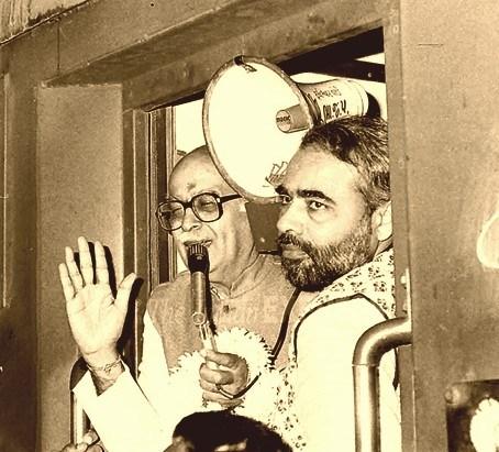 Narendra Modi with L.K. Advani during Advani's rath yatra. Credit: Twitter
