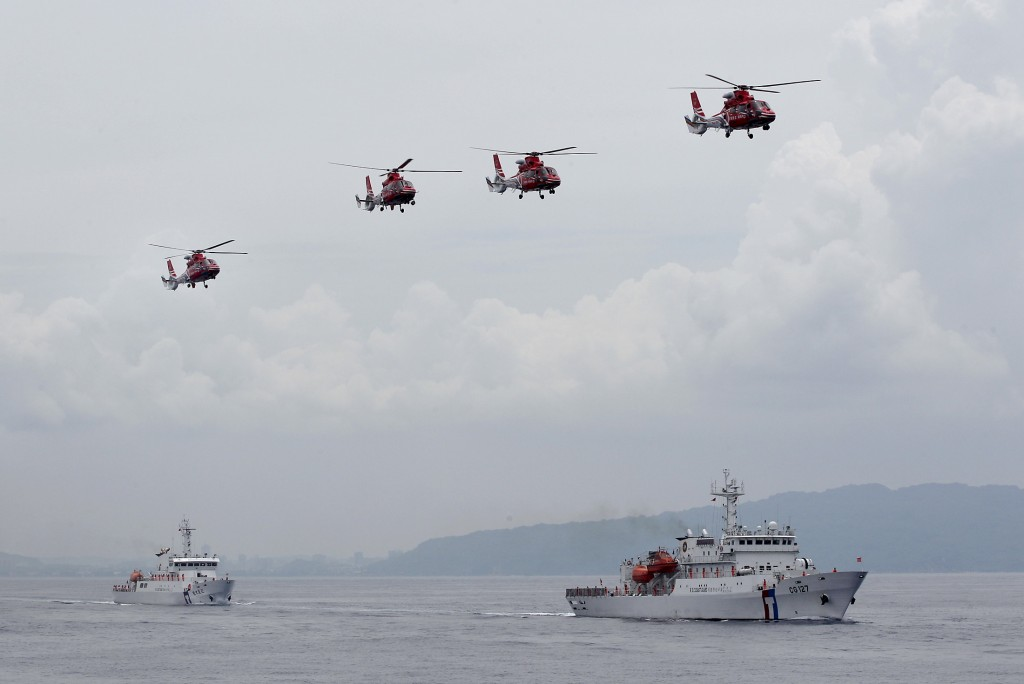 Taiwan Coast Guard patrol ships and helicopters from its National Airborne Service Corps are seen during a drill held about 4 nautical miles out of the port of Kaohsiung, southern Taiwan, June 6, 2015. Credit: Reuters/Pichi Chuang